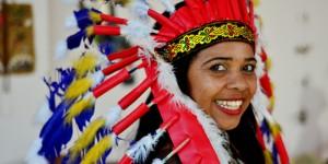 Biblioteca de Holambra sedia exposição com acessórios indígenas