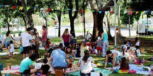 Piquenique Literário reúne cerca de 80 pessoas em Holambra