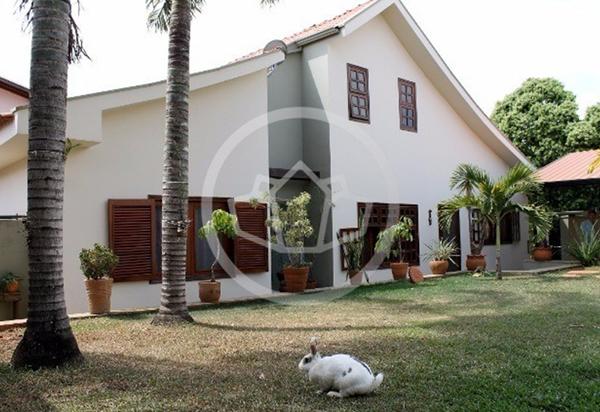 Casa com jardim à venda em Holambra