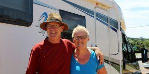 Casal da Suíça passa por Holambra durante viagem pelo mundo